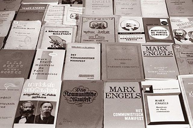 Музей К. Маркса и Ф. Энгельса. Издание «Манифест коммунистической партии» на различных языках мира.