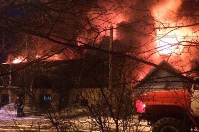 ВДзержинском районе Волгограда гасят охваченный пламенем личный дом