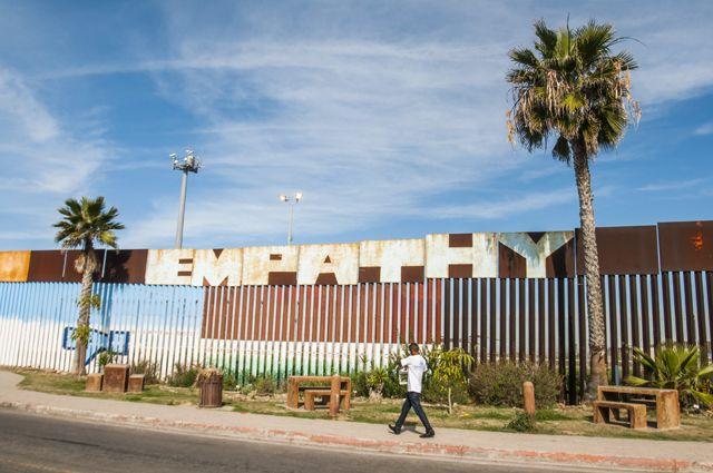 Протестующие мексиканцы выстроились живой стеной награнице сСША