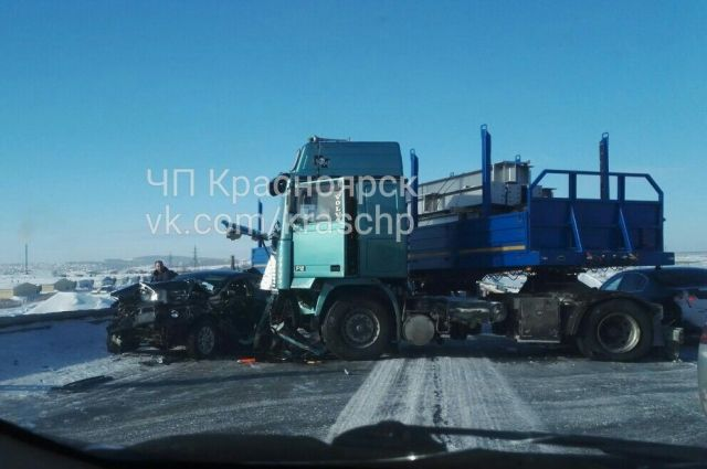 Дорога почти полностью перекрыта из-за аварии.