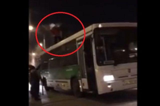 Таксист подрался склиентом-«зайцем» накрыше автобуса вКемерове
