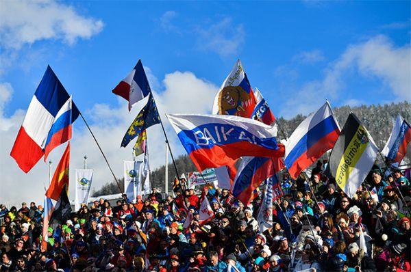 Зрители во время эстафеты среди мужчин на чемпионате мира по биатлону в австрийском Хохфильцене.