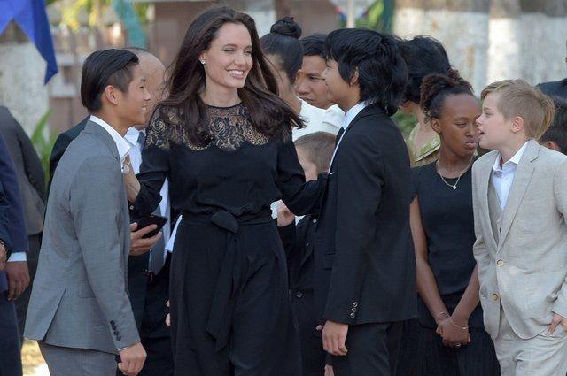 Джоли впервый раз вышла всвет после разрыва отношений сПиттом