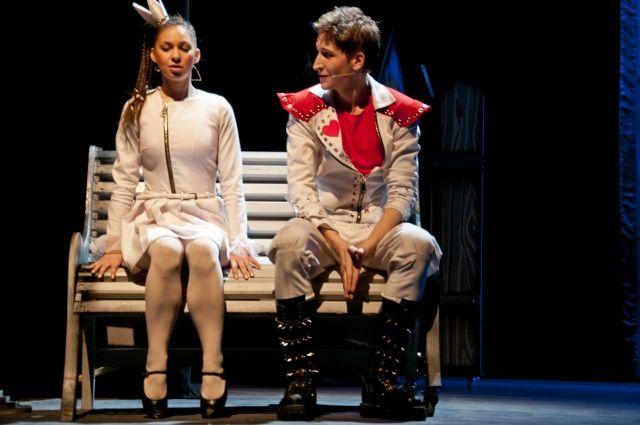 Роли Трубадура и Принцессы исполняют молодые актёры.