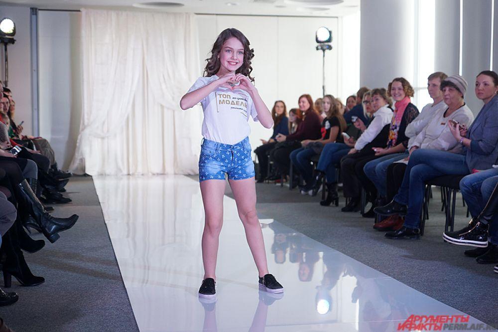 Сначала девочки прошлись по подиуму, словно настоящие модели на модном показе.