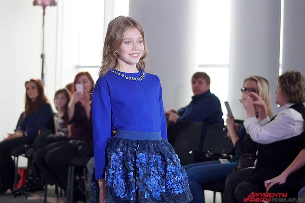 Оценивало каждое действие девочек компетентное жюри, куда вошли представители модной элиты города - визажисты, руководители модельных агентств и фотографы.