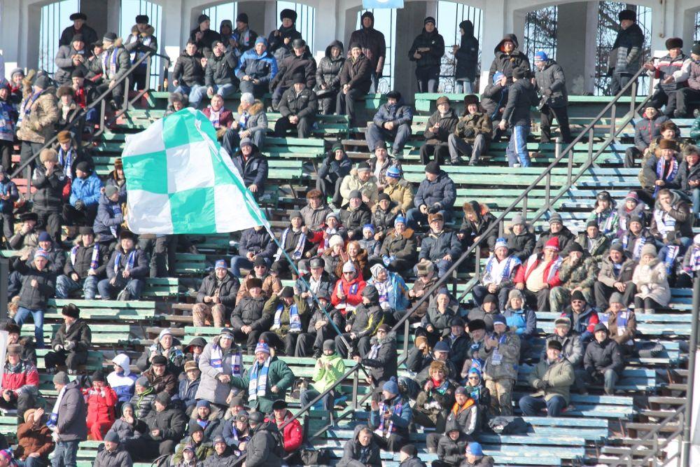 Более трех тысяч зрителей разместились на трибунах, чтобы поболеть за любимую команду.