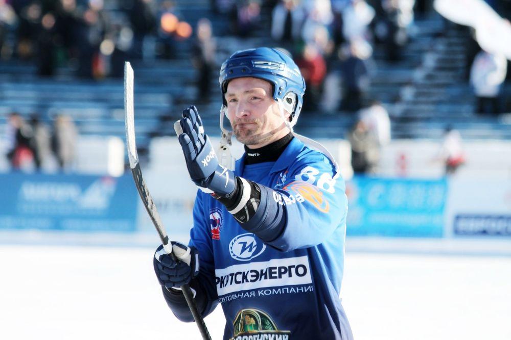 Игроки ХК «Байкал-Энергии» благодарят трибуны за поддержку.