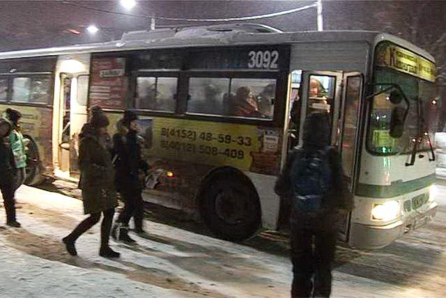Автобус на Камчатке протащил по дороге выпавшую из него женщину - видео