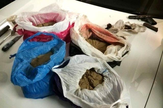Милиция изъяла уиркутских наркоторговцев около 4кг гашиша иогнестрельное оружие