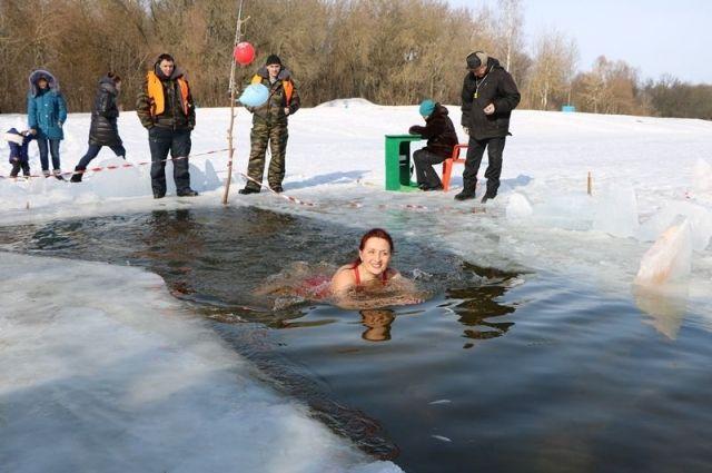 Руководитель Фокинского района Брянска нырнул вледяную воду за наградой