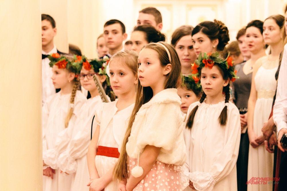 Участие в празднике приняли более 300 человек, среди которых были танцевальные коллективы республики, представители православной молодежи, музыканты, курсанты танкового училища.