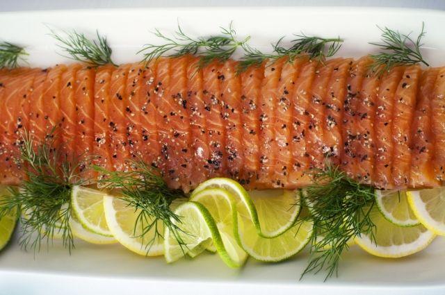 Салат с красной соленой рыбой и отрубями.