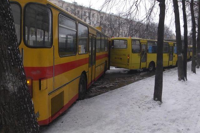 Потоп вцентре Екатеринбурга привел кстолкновению четырех автобусов