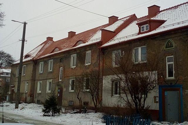 В Черняховке во время капремонта дома демонтировали черепицу 1921 года.