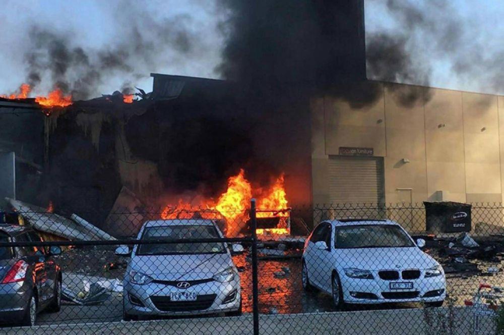 При столкновении с крышей самолет взорвался, на места падения начался пожар.