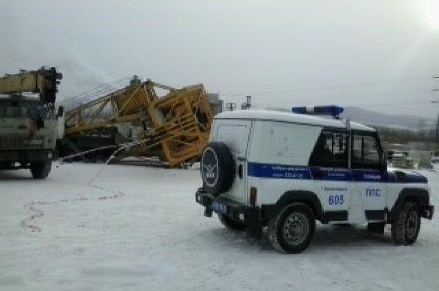 Направобережье Красноярска индустриальный кран упал на грузовой автомобиль