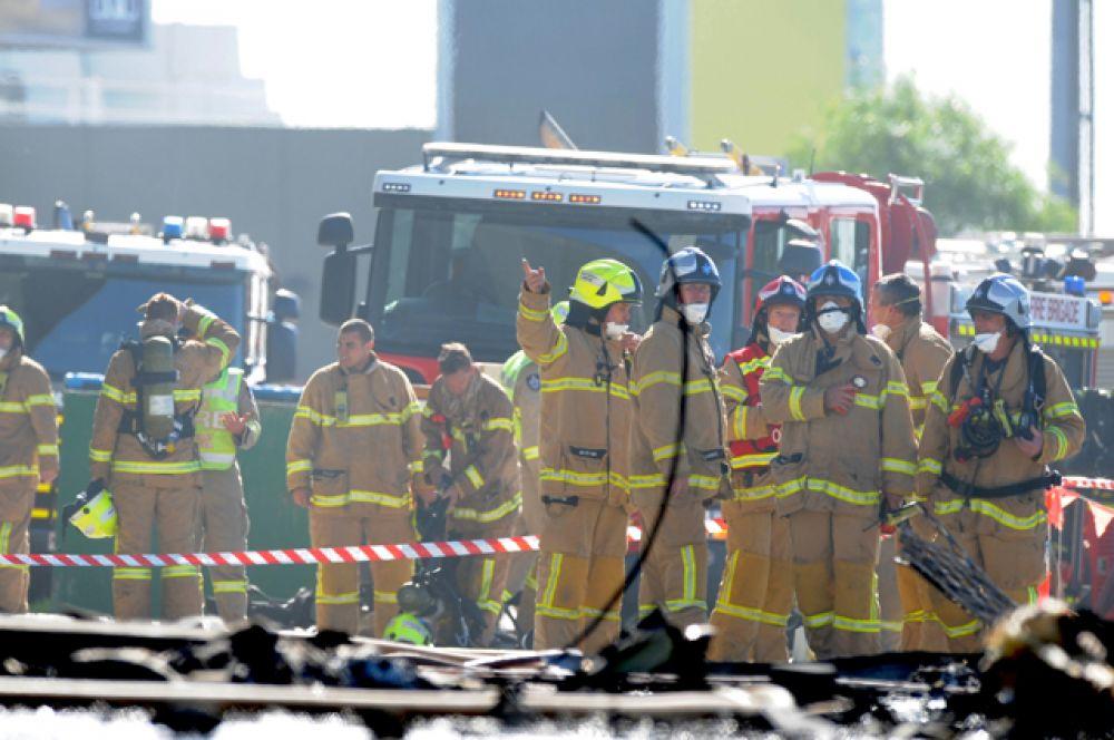 Пожарные на месте падения самолета.