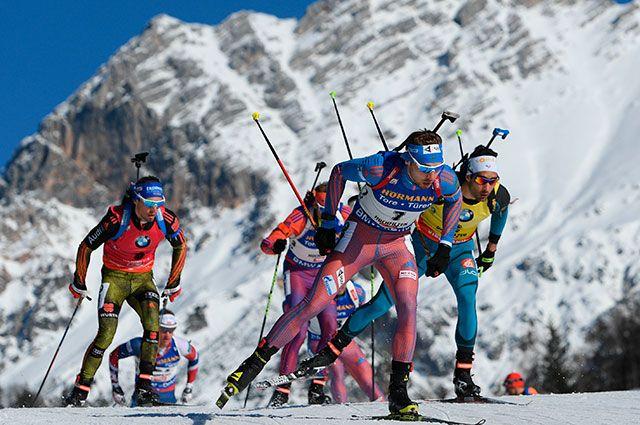 Спортсмены на дистанции масс-старта среди мужчин на чемпионате мира по в Хохфильцене. На первом плане - Антон Шипулин.
