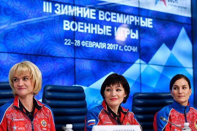 Светлана Хоркина, Светлана Ишмуратова, Софья Великая (слева направо) на пресс-конференции, посвященной презентации официальной формы российской сборной, в которой спортсмены выступят на III зимних Всемирных военных играх в Сочи.