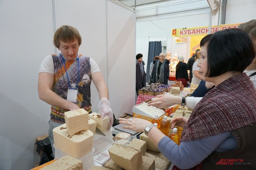 Некоторые продавцы угощают посетителей мармеладом и халвой.