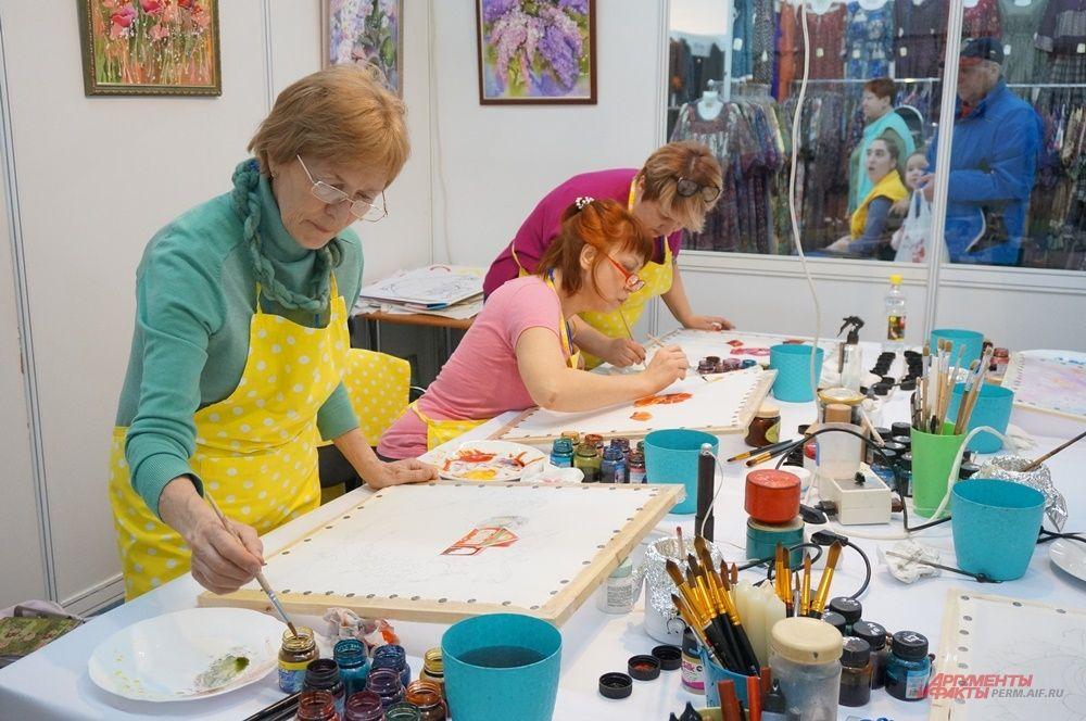 Для посетителей проводят мастер-класс по рисованию на батике.