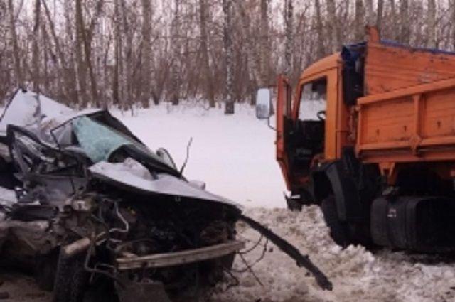 Водитель и пассажиры иномарки погибли.