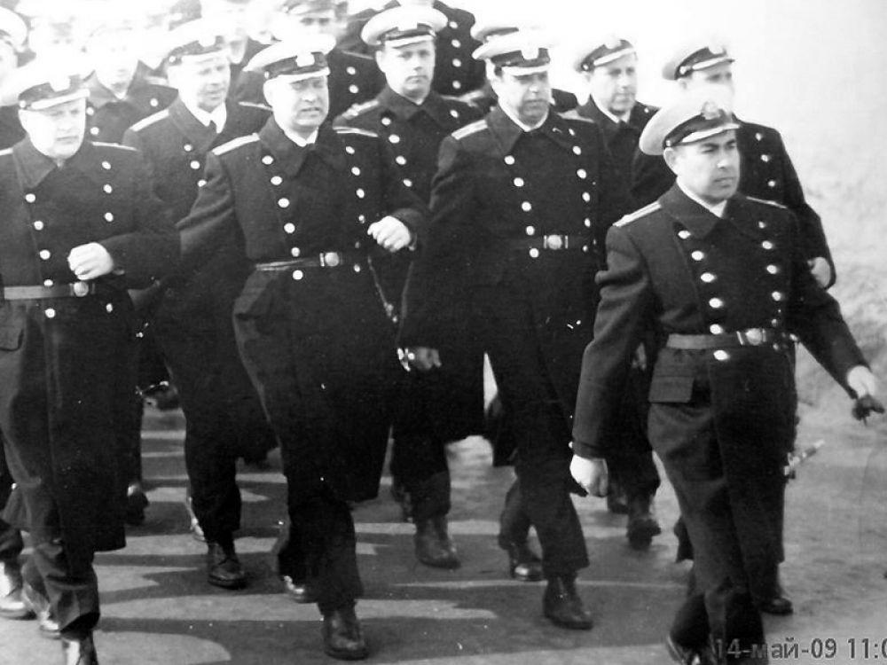 Командир 20-го дивизиона кораблей резерва капитан 2-го ранга Меджид Тхагапсов во главе строя. 1968 год.