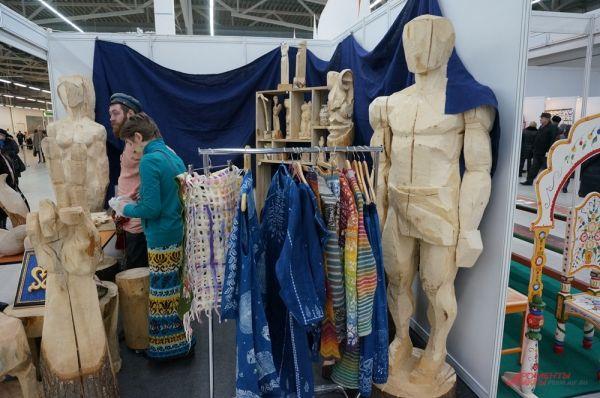 На ярмарке можно увидеть необычные работы. Например, большой Оскар из дерева.