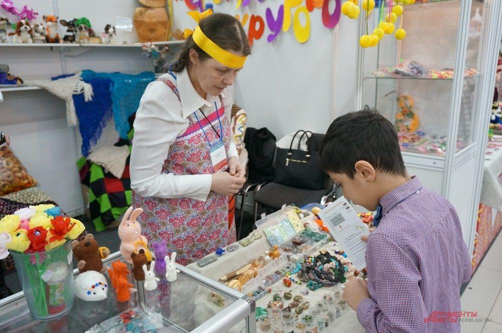 В день открытия на ярмарку пришли посетители разного возраста.