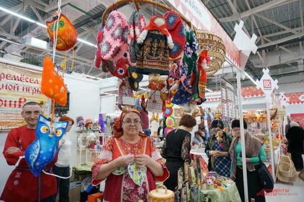 Мастера из Соликамского района привезли кукол и изделия из бересты.