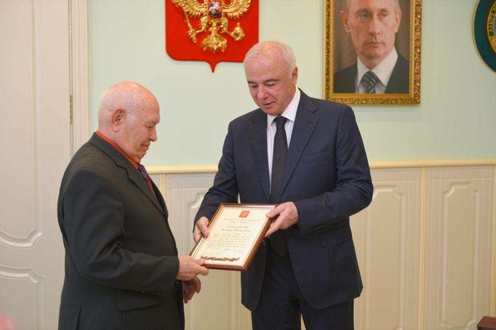 Вручение государственной награды главой республики Асланом Тхакушиновым. 2015 год.
