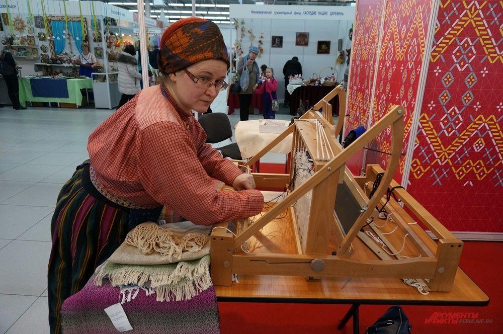 На ярмарке можно увидеть настоящие ткацкие станки.