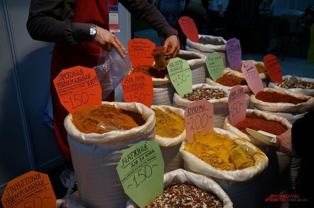 Помимо изделий ручной работы на ярмарке можно купить продукты.