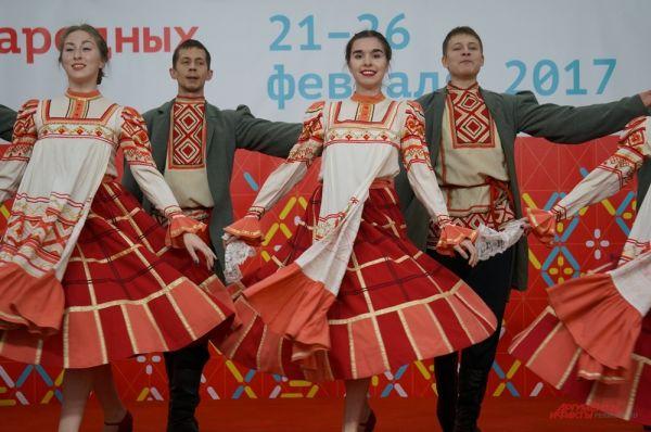 На открытии ярмарки перед посетителями выступил ансамбль танца «Камушка».