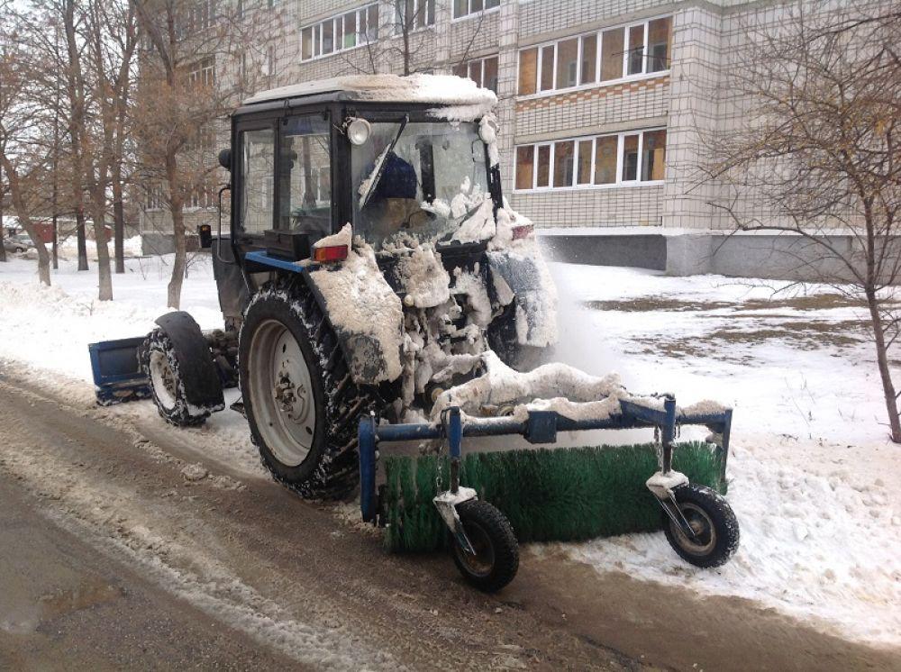 Инзенская, 39-41 – произведена неполная очистка, работает трактор с плужно-щёточным механизмом.