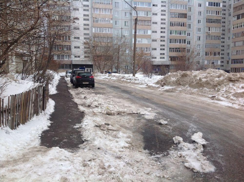 Ульяны Громовой, 2 – проезд почищен, есть небольшие недостатки, но видно, что работа ведётся планомерно.
