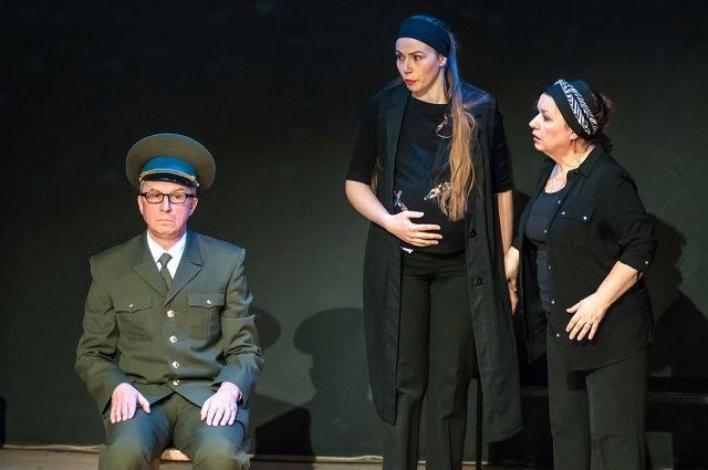 «Любая женщина сделает всё, чтобы уберечь семью от войны», - уверена Галина Синаревская (на фото крайняя справа).