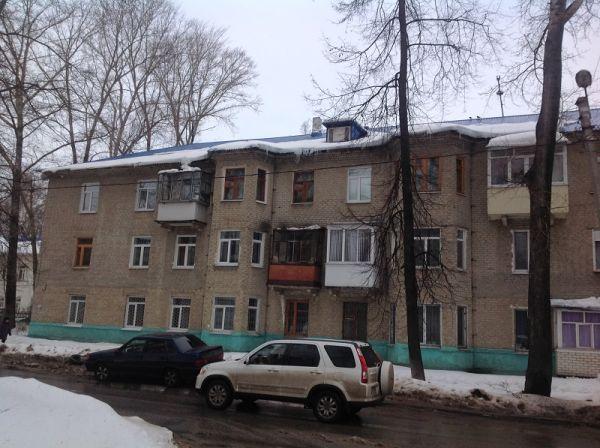 Ефремова, 20 – снежные шапки и сосульки со стороны тротуара, который, хоть и отделён небольшим участком газонной части.