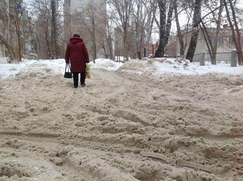 Радищева, 168-170 – сплошная снежная каша, глубокая колея, не очищены козырьки над подъездами.