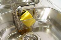 Чтобы остатки пищи не задерживались на губке, её нужно тщательно прополаскивать после каждого использования и полностью просушивать в микроволновке.