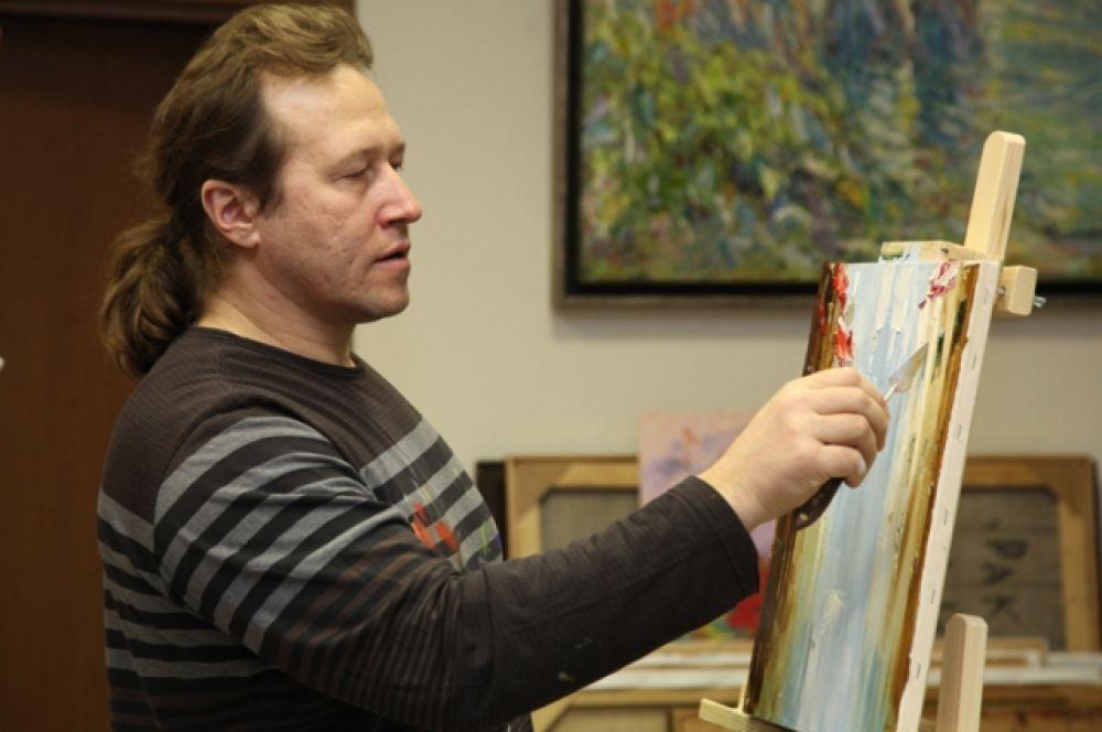 За работой живописец проводит большую часть жизни.