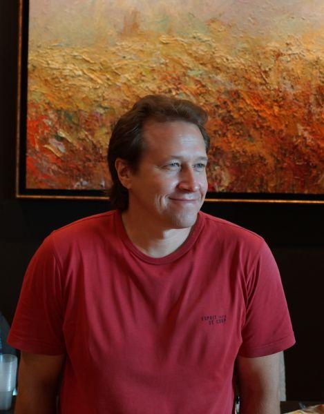 Большая часть полотен Дмитрия Сырова написаны с помощью мастихина – своего рода маленькой лопатки. «Крупные мазки, утрированные формы, возможность выразить на полотнах яркие эмоции – именно поэтому мне нравится работать мастихином», - говорит художник.