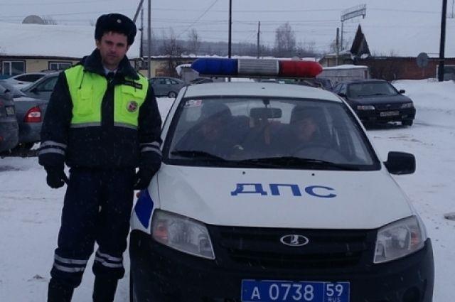 Алексей Мелитов взял лопату и помог водителю.