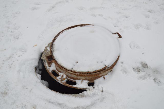 Школьник упал воткрытый колодец следяной водой вНовосибирске
