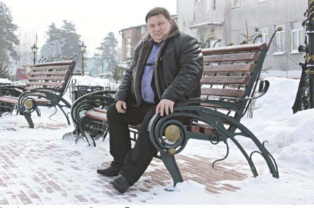 Сергей Ушаков (на фото) говорит, что новый сквер в Белореченском - особенный: лавочки ковали специально для посёлка.