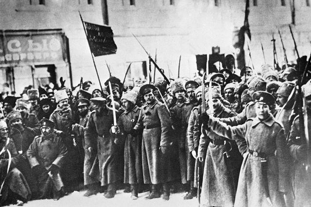 Участники Февральской революции на улицах Петрограда.