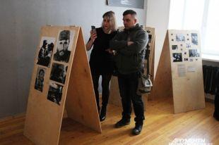 Гости смотрели на фотографии с трогательным любопытством