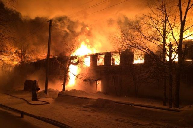 Деревянный жилой двухэтажный дом сгорел дотла в 11 микрорайоне Нефтеюганска.
