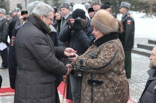 Государственную награду матери погибшего офицера вручил Виктор Толоконский.